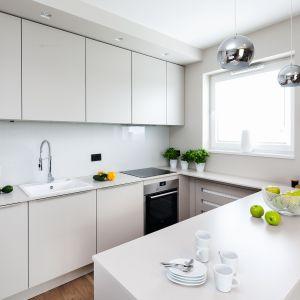 Mała, biała kuchnia w bloku. Projekt Katarzyna Uszok. Fot. Bartosz Jarosz