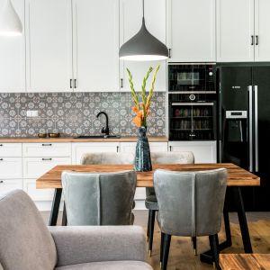 Biała kuchnia w klasycznym stylu. Projekt Deer Design