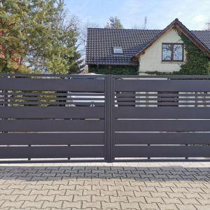 Kupując bramę wjazdową, najlepiej od razu wyposażyć ją w odpowiedni napęd. Fot. Plast-Met Systemy Ogrodzeniowe