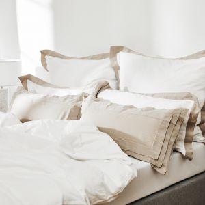 Piękna i elegancka sypialnia w białym i beżowym kolorze. Fot. WestwingNow.pl