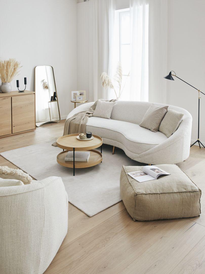 Biały salon z beżowymi dodatkami i dekoracjami boho. Fot. WestwingNow.pl