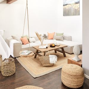 W plażowym salonie w stylu boho sprawdzą się dodatki pastelowe i plecione. Fot. WestwingNow.pl