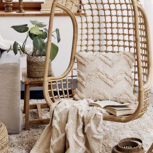 W salonie czy sypialni w plażowym stylu dobrym pomysłem jest wiszący lub stojący fotel do relaksu - najlepiej z naturalnych materiałów. Fot. WestwingNow.pl
