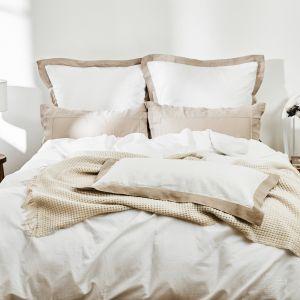 Piękna klasyczna sypialnia urządzona w bieli i beżowych kolorach. Fot. WestwingNow.pl