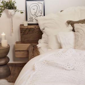 Naturalna sypialnia urządzona w bieli i kolorach ziem - beże, brązy i drewno to świetny wybór! Fot. WestwingNow.pl
