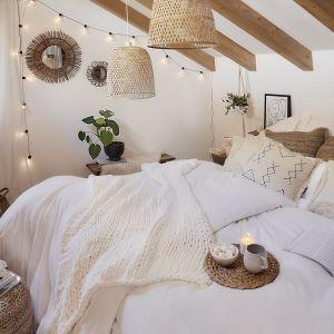 Biała sypialnia urządzona w plażowym stylu Bali - dodatki boho, beżowa kolorystyka i plecione lampy. Fot. WestwingNow.pl