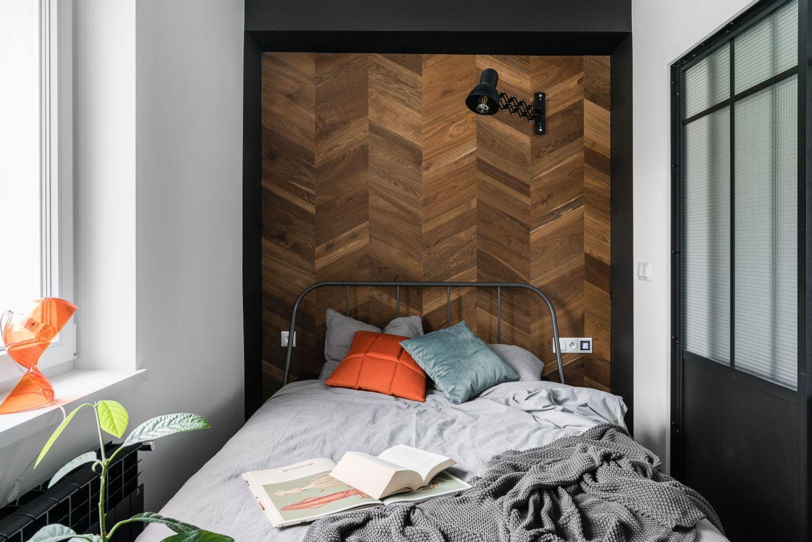 Ściana za łóżkiem w sypialni wykończona jest drewnem. Jest to samo drewno i ten sam wzór, który znajduje się na podłodze. Projekt: Katarzyna Piechowiak, Magdalena Hass, pracownia and.home. Fot. Katarzyna Seliga Wróblewska, Marcin Wróblewski/Fotomohito