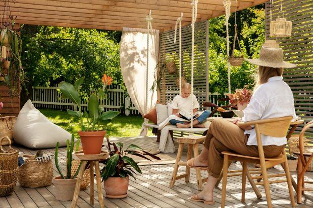 Jak wygodnie i estetycznie urządzić taras? Drewniane krzesło lub fotel oraz choćby niewielki stolik są absolutnym must-have każdego tarasu. Co jeszcze się przyda na tarasie? Podpowiadamy!