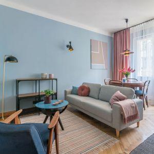Mały salon w bloku urządzony w pastelowych kolorach i z dobrze przemyślanymi funkcjami. Projekt i stylizacja wnętrza: Ola Dąbrówka, pracownia Good Vibes Interiors. Zdjęcia: Marcin Mularczyk