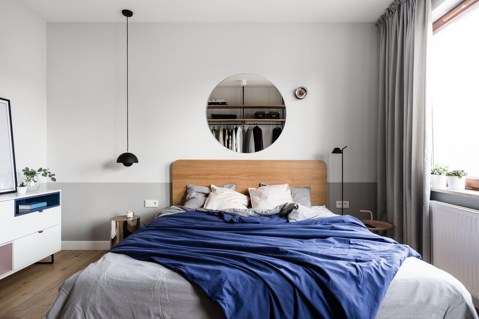 Ściana za łóżkiem w sypialni wykończona jest farbą w szarym kolorze: jasnym i ciemnym. Projekt: Raca Architekci. Zdjęcia: Fotomohito