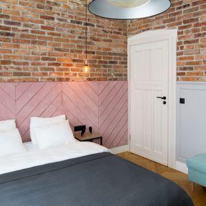 Ściana za łóżkiem w sypialni wykończona jest cegła i tapicerowanym zagłówkiem. Ściana prezentuje się piękne i niezwykle ciekawie. Projekt: Anna Maria Sokołowska. Fot. FotoMohito