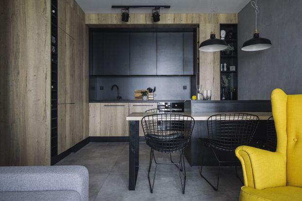 55-metrowe mieszkanie dla pary ma ciekawe, bo ciemne, ale ciepłe i przytulne kolory. Za projekt wnętrza odpowiadały architektki z pracowni make Architekci,Katarzyna Huszcza-Osińska i Emilia Gruźlewska-Sawczuk.