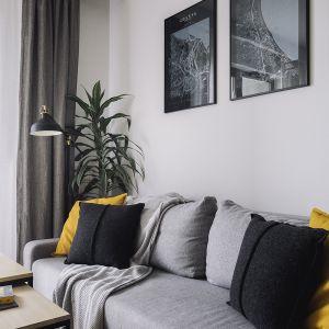 W strefie wypoczynkowej znalazła się szara sofa. Projekt: make Architekci. Zdjęcia: Hanna Połczyńska, Kroniki Studio