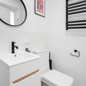 Pomimo małego metrażu łazienka jest bardzo funkcjonalna i wygodna. Projekt wnętrza, stylizacja: Ola Dąbrówka, pracownia Good Vibes Interiors. Zdjęcia: Mikołaj Dąbrowski