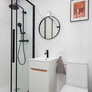 Jasna łazienka w loftowym klimacie. Projekt wnętrza, stylizacja: Ola Dąbrówka, pracownia Good Vibes Interiors. Zdjęcia: Mikołaj Dąbrowski