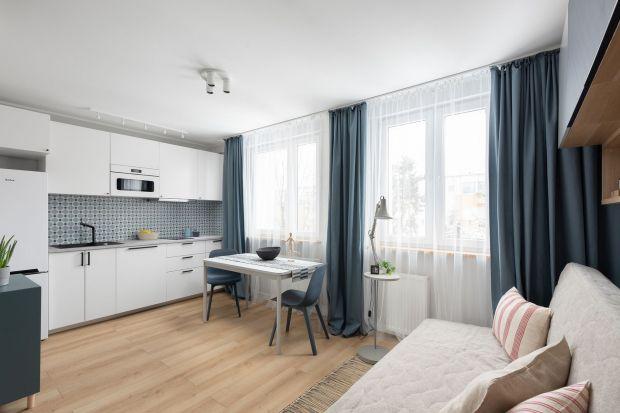 45-metrowe mieszkanie w warszawskiej dzielnicy Rakowiec, projektowane z myślą o studentach, jest nowoczesne i kolorowe. Za projekt wnętrza odpowiadała Ola Dąbrówka z pracowni Good Vibes Interiors.