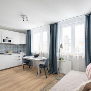 Mieszkanie dla studentów. Projekt wnętrza, stylizacja: Ola Dąbrówka, pracownia Good Vibes Interiors. Zdjęcia: Mikołaj Dąbrowski
