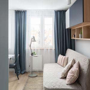 Niebieski kolor to dobry wybór w małym wnętrzu. Projekt wnętrza, stylizacja: Ola Dąbrówka, pracownia Good Vibes Interiors. Zdjęcia: Mikołaj Dąbrowski