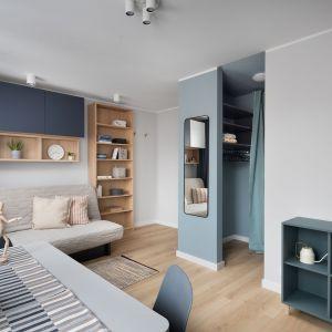 Mieszkanie tworzą dwa bliźniacze studia. Projekt wnętrza, stylizacja: Ola Dąbrówka, pracownia Good Vibes Interiors. Zdjęcia: Mikołaj Dąbrowski