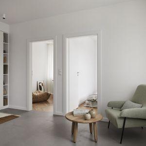 W mieszkaniu znalazły się tylko niezbędne, starannie dobrane elementy wyposażenia, dzięki czemu ta niewielka przestrzeń wydaje się bardziej przestronna. Projekt: Jam Kolektyw. Fot. Jola Skóra