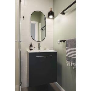 W łazience dominują w niej biel, szarość oraz czerń, a całość utrzymana jest w minimalistycznym stylu. Projekt: Jam Kolektyw. Fot. Jola Skóra
