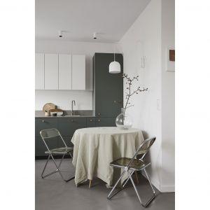 We wnętrzu dominuje biel ścian, a w dodatkach oraz meblach konsekwentnie pojawiają się odcienie brązu, beżu i oliwkowej zieleni. Projekt: Jam Kolektyw. Fot. Jola Skóra