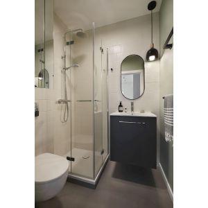 W niewielkiej łazience zamieściła się elegancka toaleta, duża umywalka oraz wygodny prysznic. Projekt: Jam Kolektyw. Fot. Jola Skóra