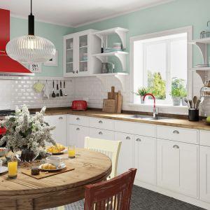 Biała klasyczna kuchnia z elementami w kolorze czerwonym i pastelowymi ścianami. Fot. Ferro