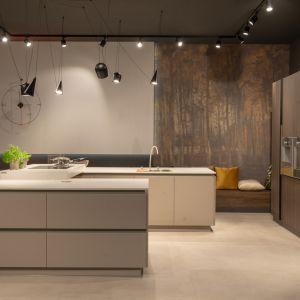 Duża nowoczesna wyspa kuchenna w kuchni o dużym  metrażu. Projekt i zdjęcie: ZAJC