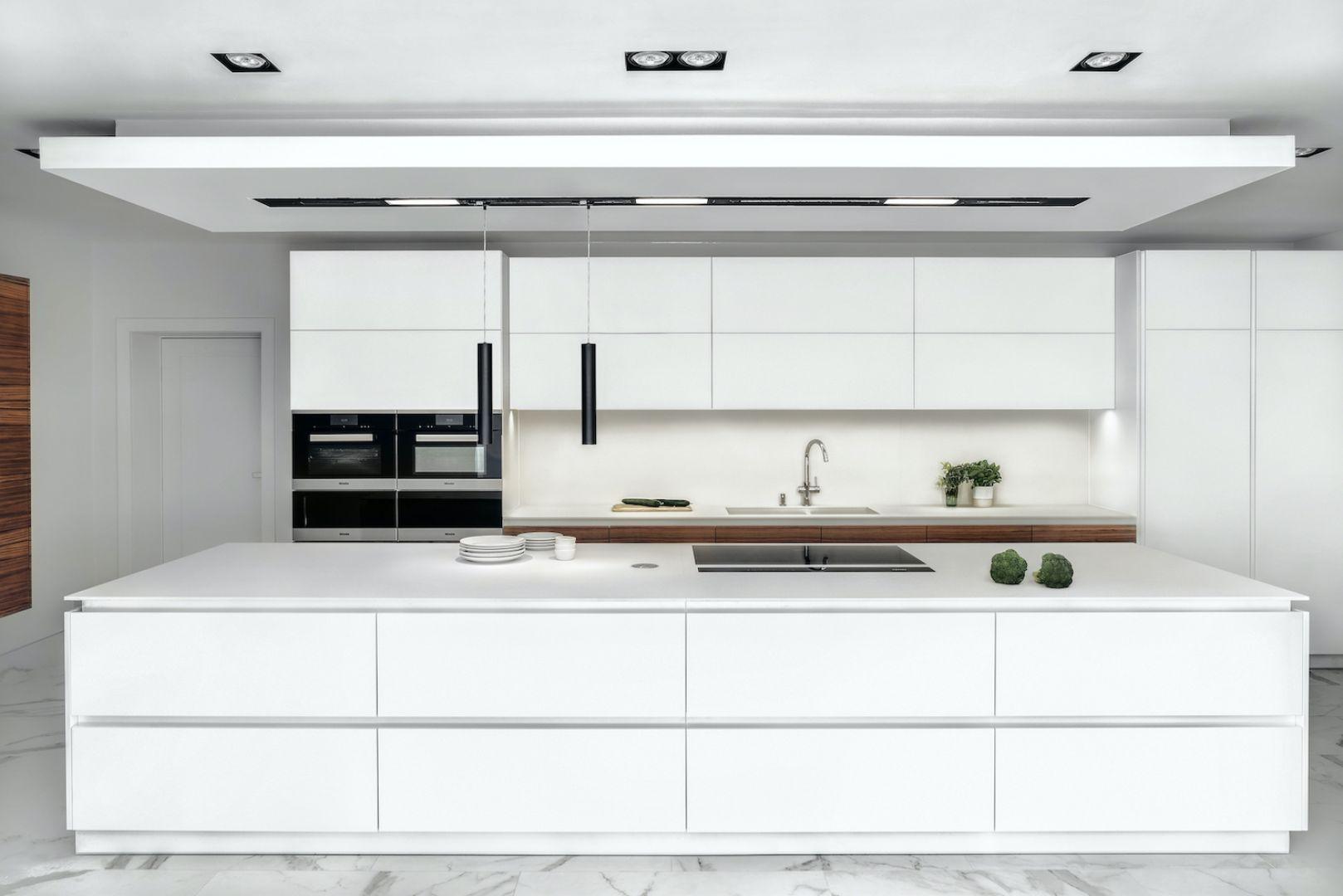 Biała wyspa kuchenna - kuchnia model Londyn. Projekt i zdjęcie: ZAJC