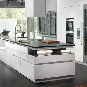 Duża, nowoczesna kuchnia w minimalistycznym stylu. Projekt i zdjęcie: ZAJC
