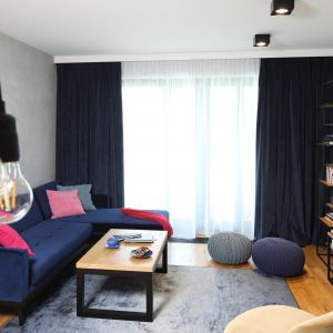 Okno w salonie zdobią grube, ciemne zasłony wpisujące się w klimat loft. Projekt Maciejka Peszyńska-Drews. Fot. Bartosz Jarosz
