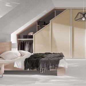 Jeśli do dyspozycji mamy całe poddasze, możemy urządzić sypialnię wielofunkcyjną, z przestrzenią do pracy czy rozrywki. Fot. Komandor