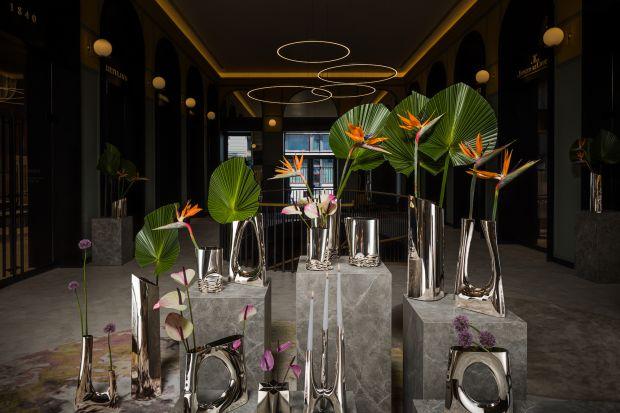 """""""Steel Lifes. Oskar Zięta's Vases"""" to tytuł wystawy prac Oskara Zięty. Kolekcja wazonów z błyszczącej stali to nowoczesny, minimalistyczny i nierzadko eksperymentalny design, oddający charakterystyczny styl projektanta."""