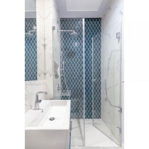 Niebieska mozaika nadaje charakteru małej łazience z prysznicem. Projekt: Decoroom. Fot. Pion Poziom