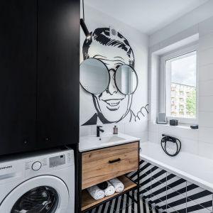 Mała łazienka w bloku z wanną urządzono w kolorze białym z elementami czerni. Projekt: Marta Piórkowska-Paluch. Fot. Andrzej Czechowicz, Foto Studio Wrzosy