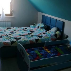 Nowoczesna i minimalistyczna sypialnia na wymagającej przestrzeni – widok przed. Fot. Salony Agata