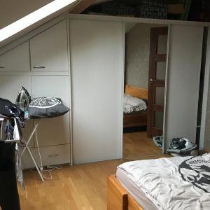 Sypialnia na poddaszu w loftowym klimacie – widok przed. Fot. Salony Agata