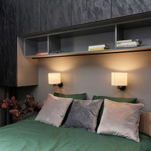 Ciemne kolory oraz dodatek butelkowej zieleni tworzą w sypialni przyjemną atmosferę i nadają jej przytulny klimat wnętrzu. Projekt: Monika Staniec. Fot. Wojciech Dziadosz