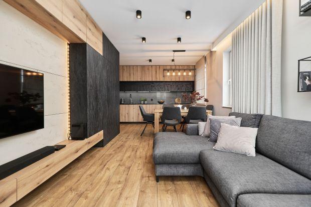 Apartament o powierzchni niespełna 80 m2 znajduje się w zachodniej części Wrocławia. Mieszka w nim młode małżeństwo i ich czworonożny przyjaciel. Wnętrze jest urządzone bardzo wygodnie i bardzo ładnie. Zachwyca ciekawymi rozwiązaniami i nieb