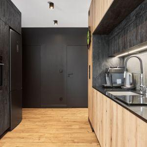 Drewno i czerni to świetne połączenie kolorów w nowoczesnej kuchni. Projekt: Monika Staniec. Fot. Wojciech Dziadosz