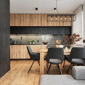 Jadalnia znajduje się pomiędzy kuchnią a salonem. Projekt: Monika Staniec. Fot. Wojciech Dziadosz