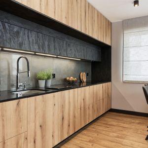 Kuchnia jest bardzo wygodna i zapewni sporo miejsca na gotowanie i przygotowywanie posiłków. Projekt: Monika Staniec. Fot. Wojciech Dziadosz