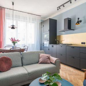 Mała kuchnia w bloku połączona z salonem. Nieduża część dzienna jest kolorowa i optymistyczna. Projekt i stylizacja wnętrza: Ola Dąbrówka, pracownia Good Vibes Interiors. Fot. Marcin Mularczyk
