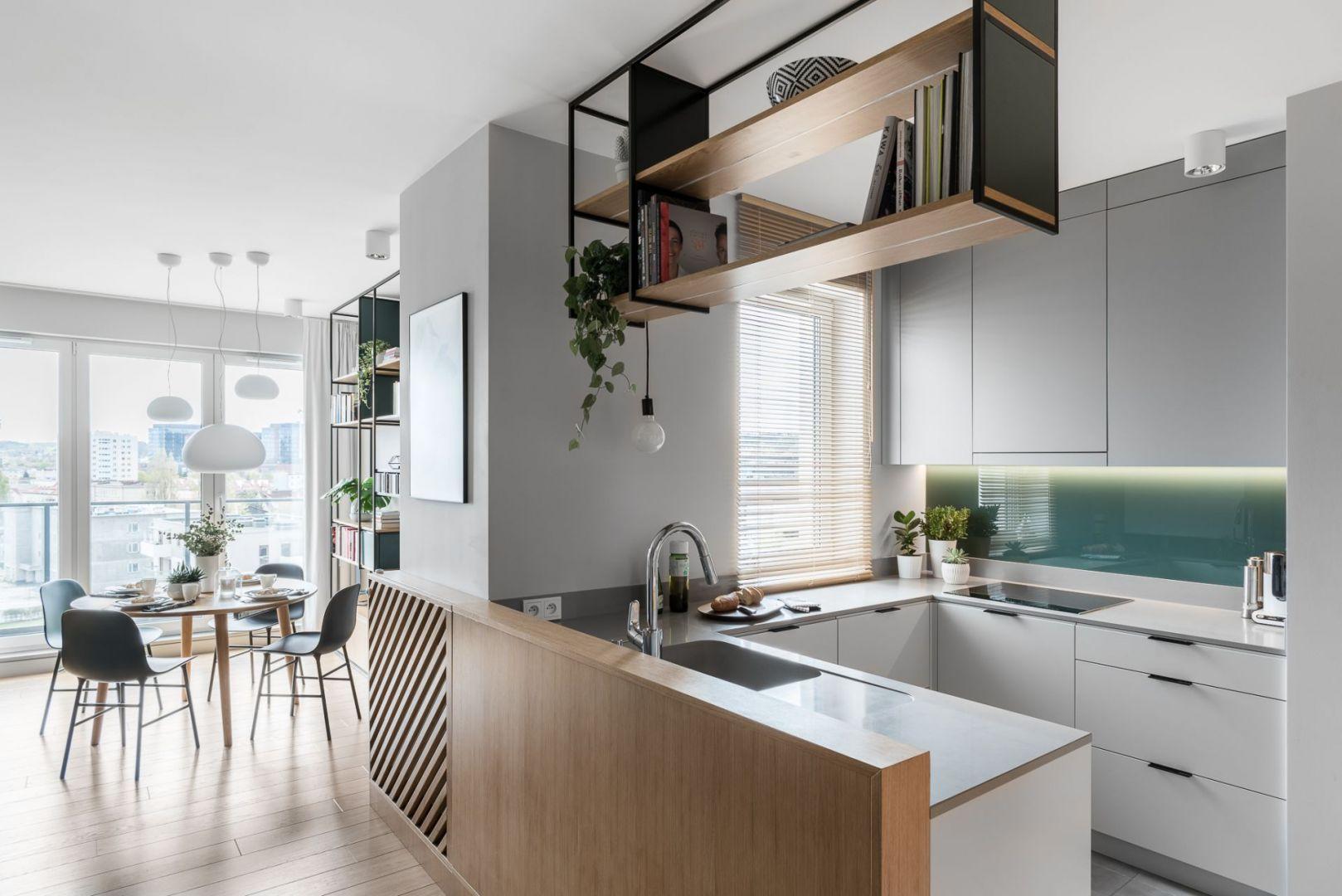 Kuchnia w bloku w kształcie litery U. Projekt Raca Architekci. Fot. Fotomohito