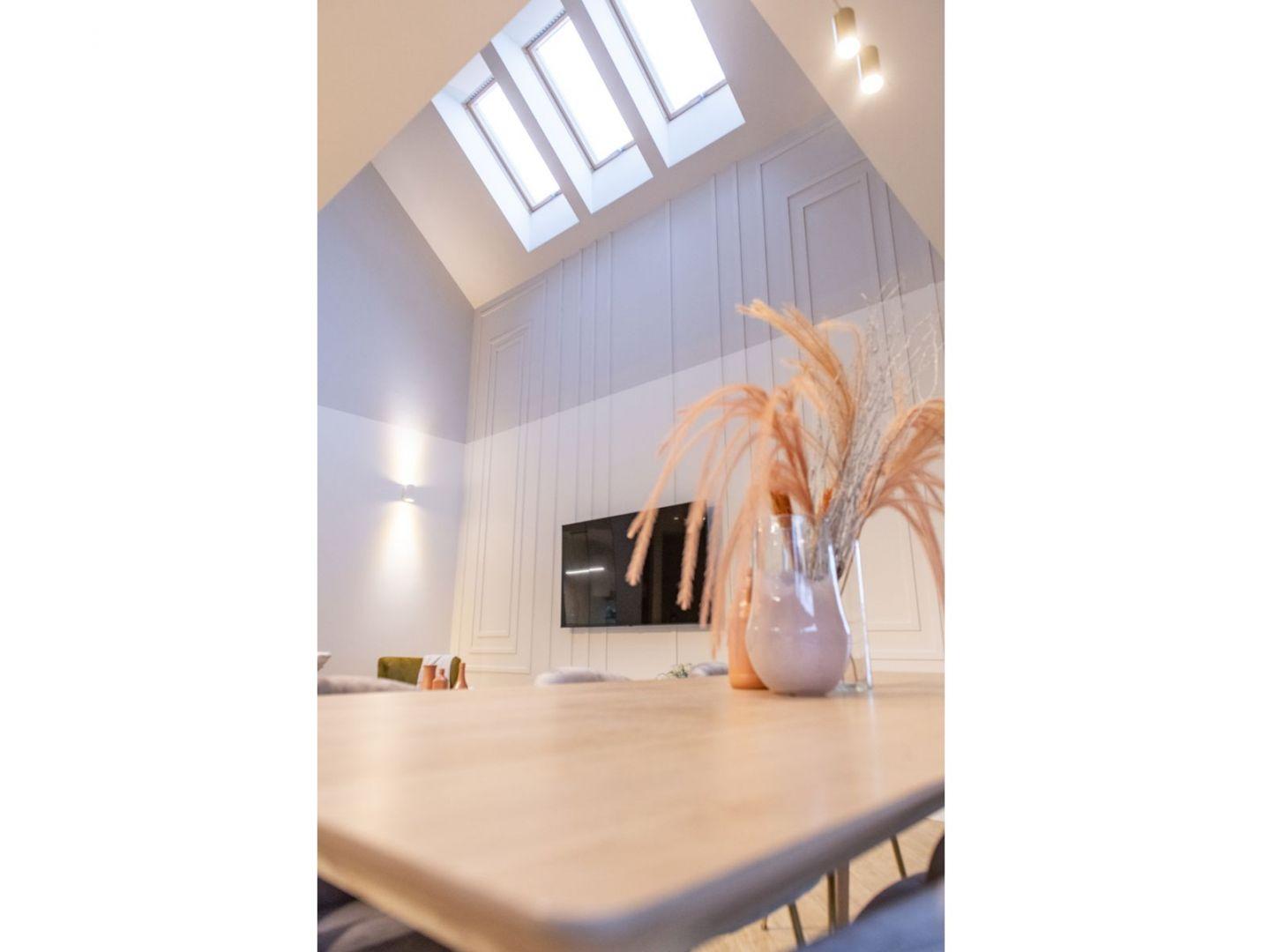 Wysoki, doskonale doświetlony salon. Projekt: Joanna Ochota (Concept JOana). Fot. Maciej Sułek