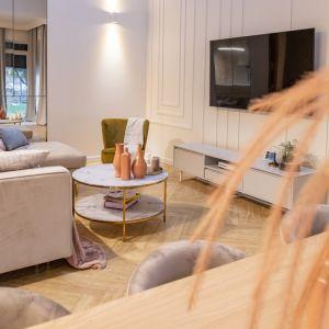 Ścianę za telewizorem zdobi sztukateria w białym kolorze. Projekt: Joanna Ochota (Concept JOana). Fot. Maciej Sułek