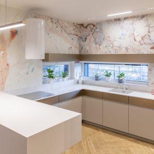 Ściany w kuchni zdobi fototapeta. Projekt: Joanna Ochota (Concept JOana). Fot. Maciej Sułek