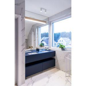 Szafka pod umywalkę w niebieskim kolorze świetnie prezentuje się w jasnej łazience. Projekt: Joanna Ochota (Concept JOana). Fot. Maciej Sułek
