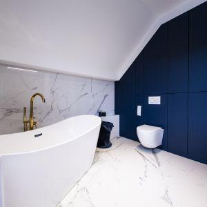 Zabudowa w łazience wykonana została w nowej technologi w wykończeniu velvet. Projekt: Joanna Ochota (Concept JOana). Fot. Maciej Sułek